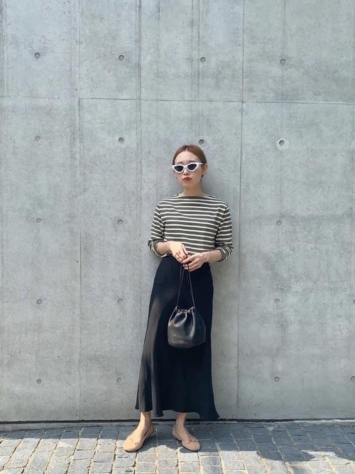 黒スカート×ベージュバレエシューズ