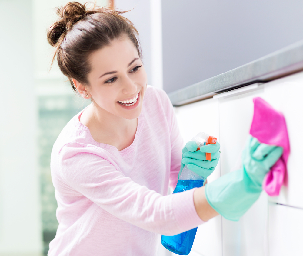 壁を掃除している女性