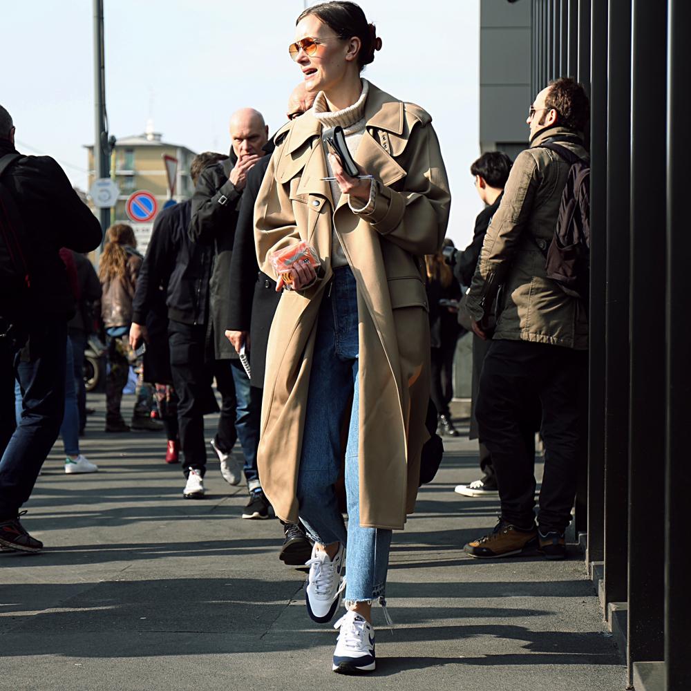 トレンチーコートを着た女性