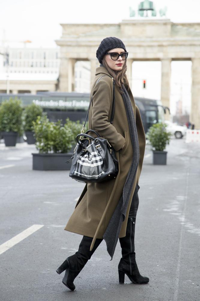 ウールコートを着た女性