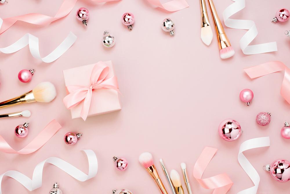 かわいいピンク系のブラシとリボン