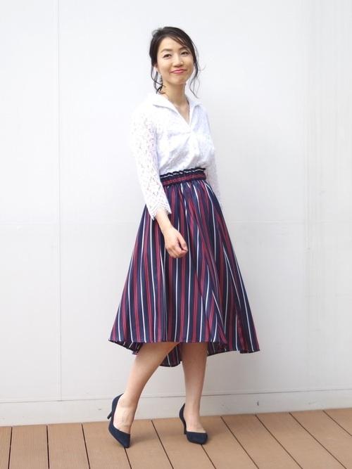 白シャツ×ミディ丈スカート