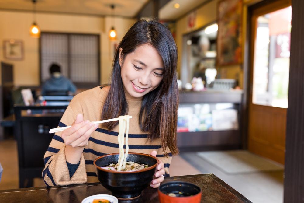 うどんを食べる女性の写真