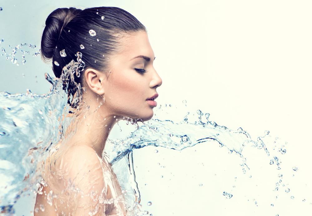 水を浴びている女性