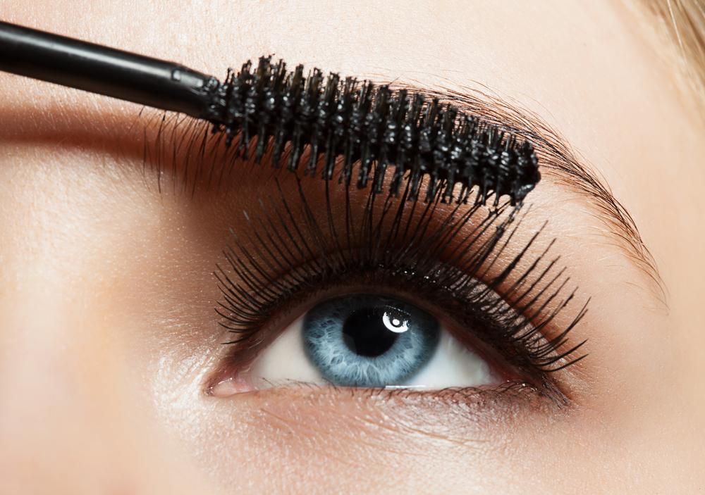 まつ毛にマスカラを塗る女性の目元