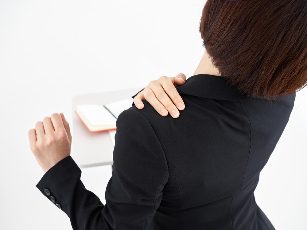 肩こりに悩む女性の写真