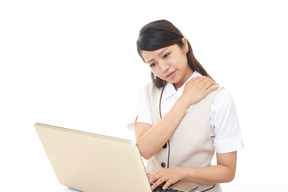 パソコンを操作している女性の写真