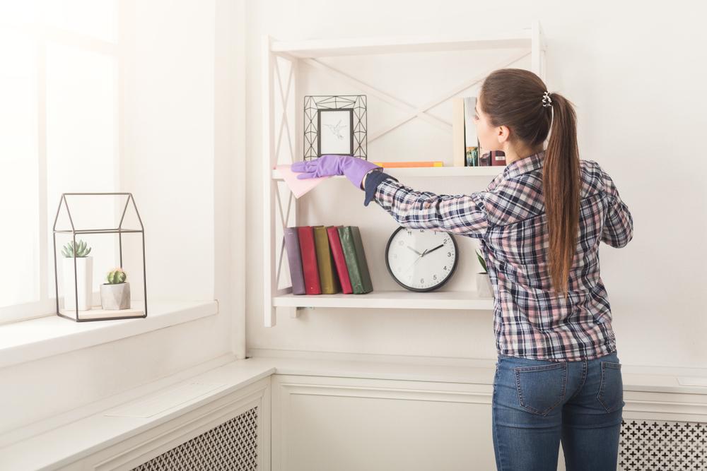 部屋の掃除をしている女性