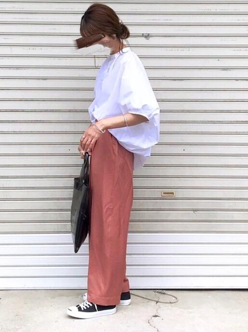 白シャツ×ピンクパンツ