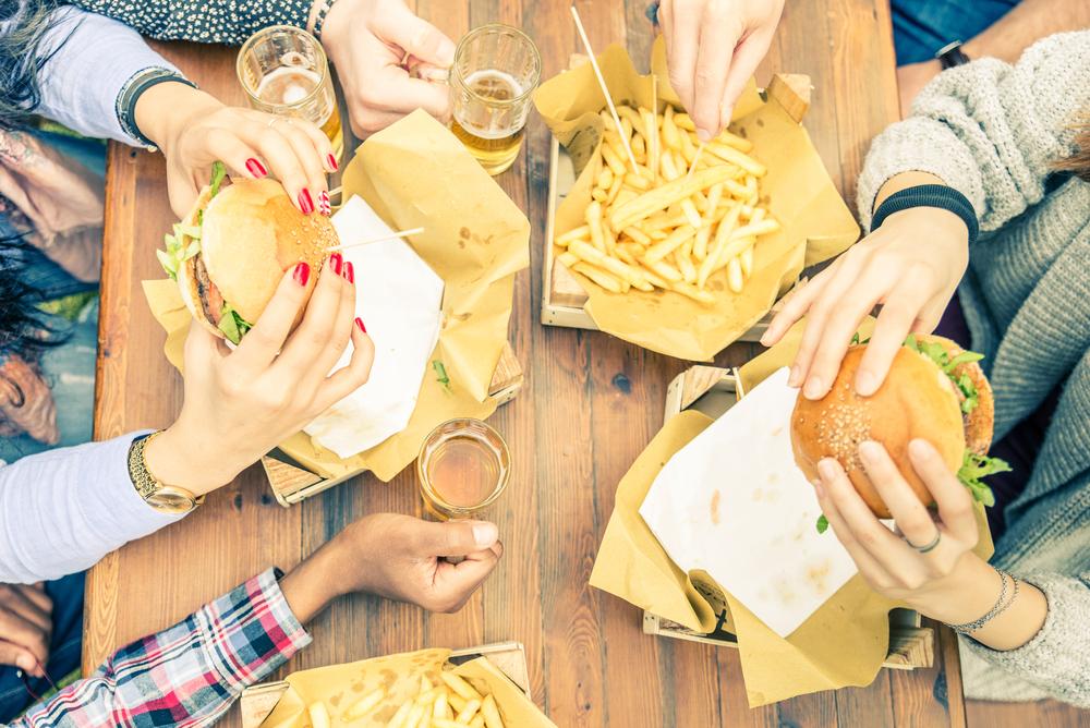 ファストフードを食べる女性たち