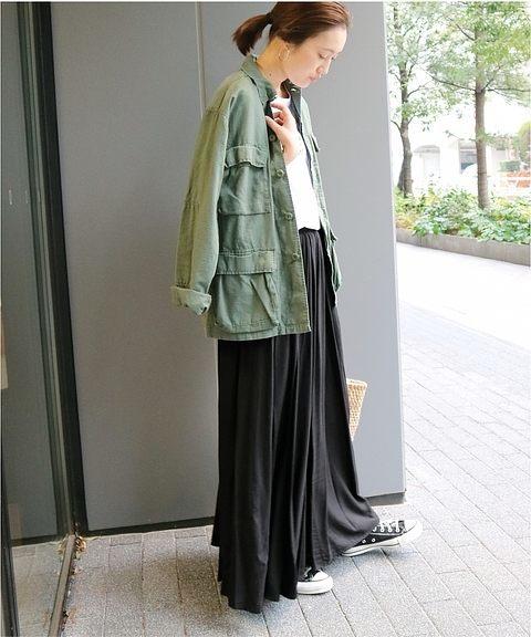 黒のマキシ丈フレアスカート×カーキのミリタリージャケットの春コーデ
