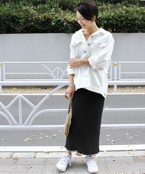 黒のタイトロンスカ×白のデニムジャケットのコーデ
