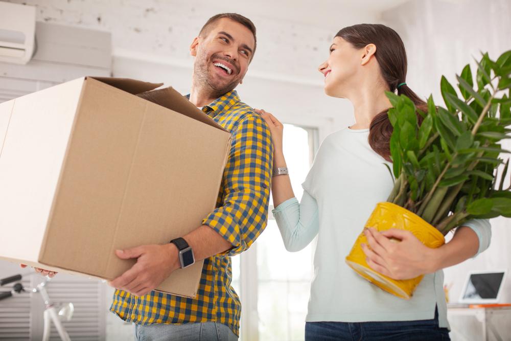 女性の荷物を運ぶのを手伝っている男性