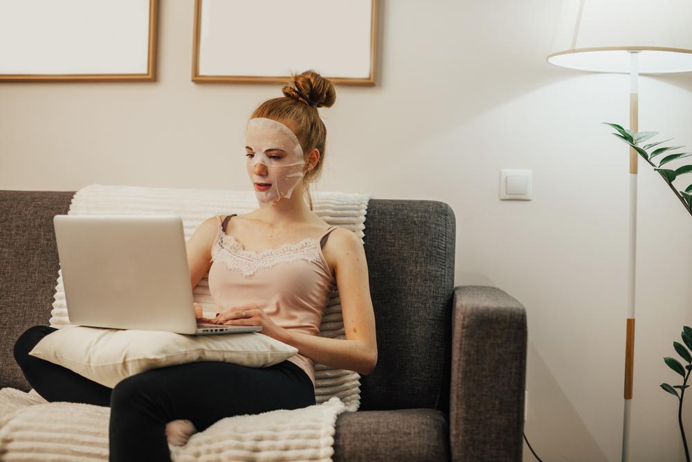 パックをしたままパソコン作業をする女性