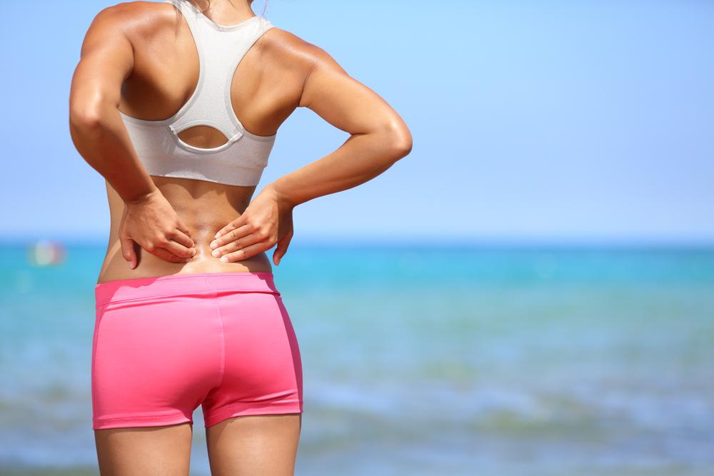 ダイエット中に肩甲骨のストレッチをしている女性