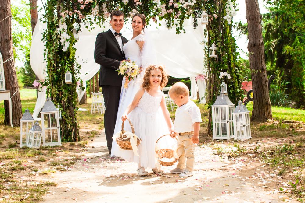 結婚式のフラワーガールとフラワーボーイ