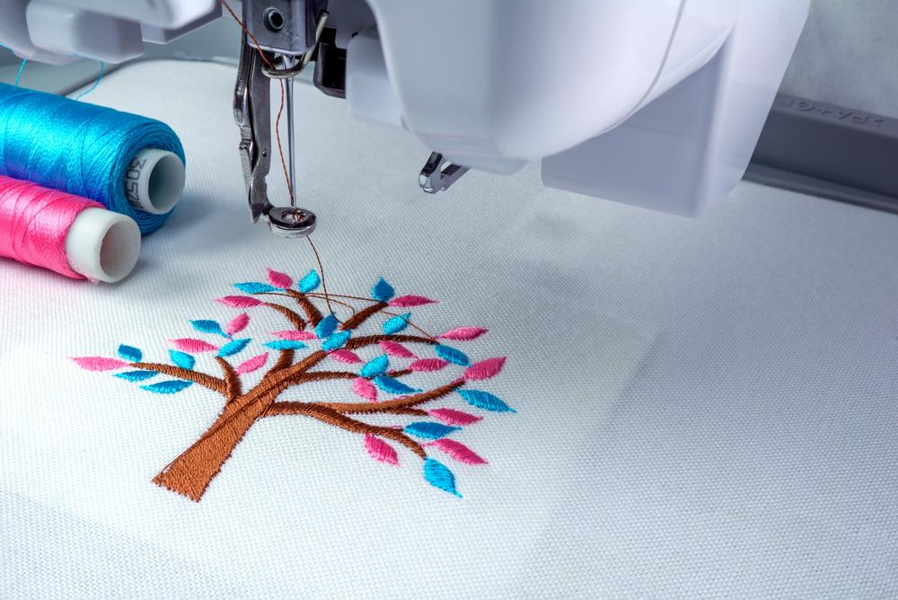 色とりどりの木の刺繍