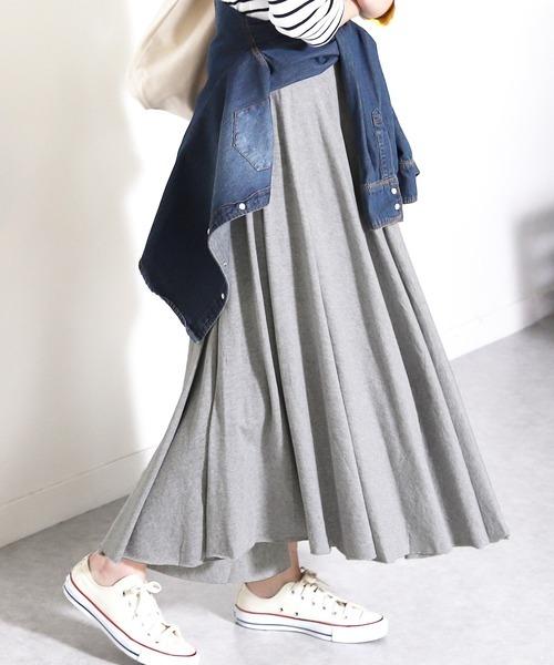 グレーのマキシ丈フレアスカート