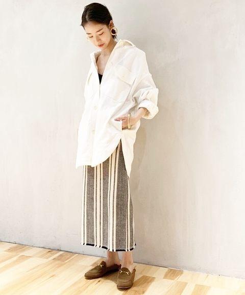 ストライプ柄のタイトスカート×オーバーサイズのシャツジャケットのコーデ