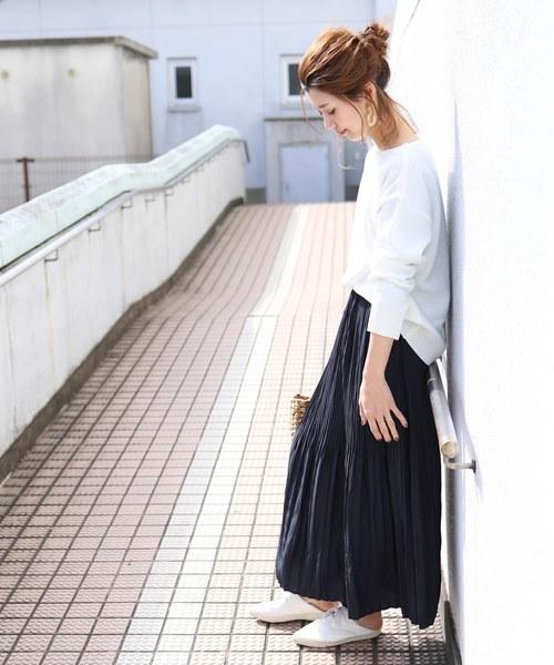 ネイビーのプリーツスカート×白ニットのコーデ