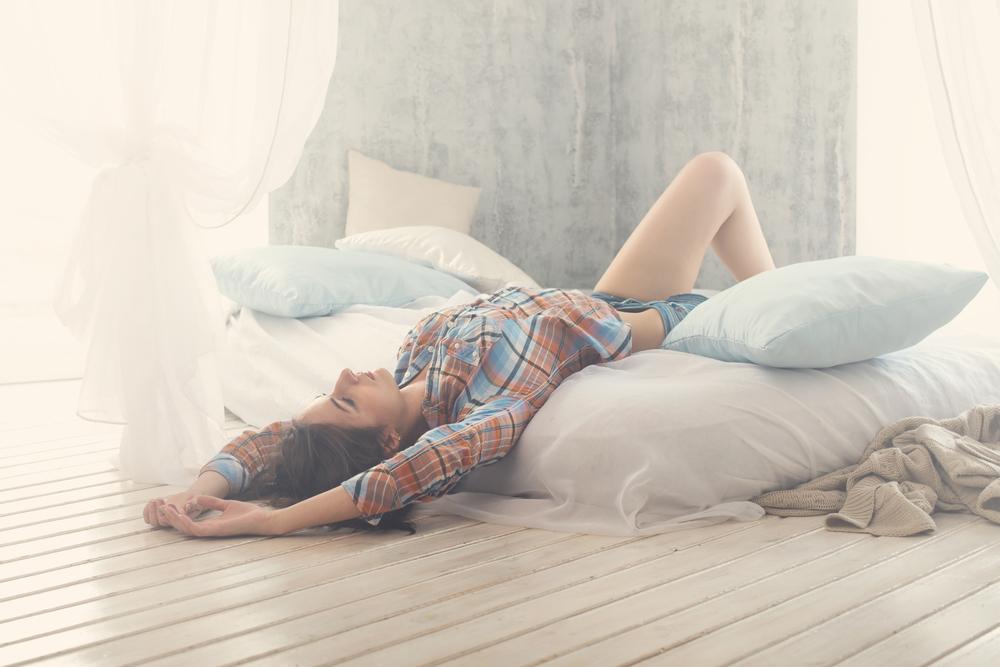 布団に寝転がる女性