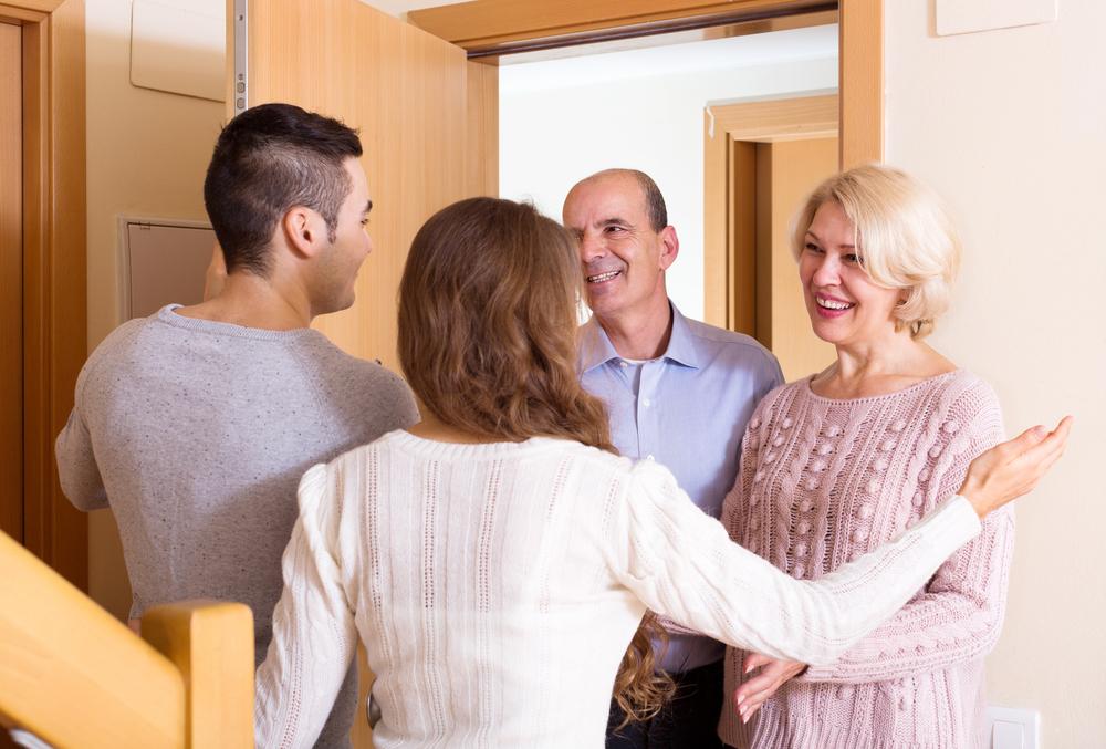 親に同棲する前の挨拶をするカップル