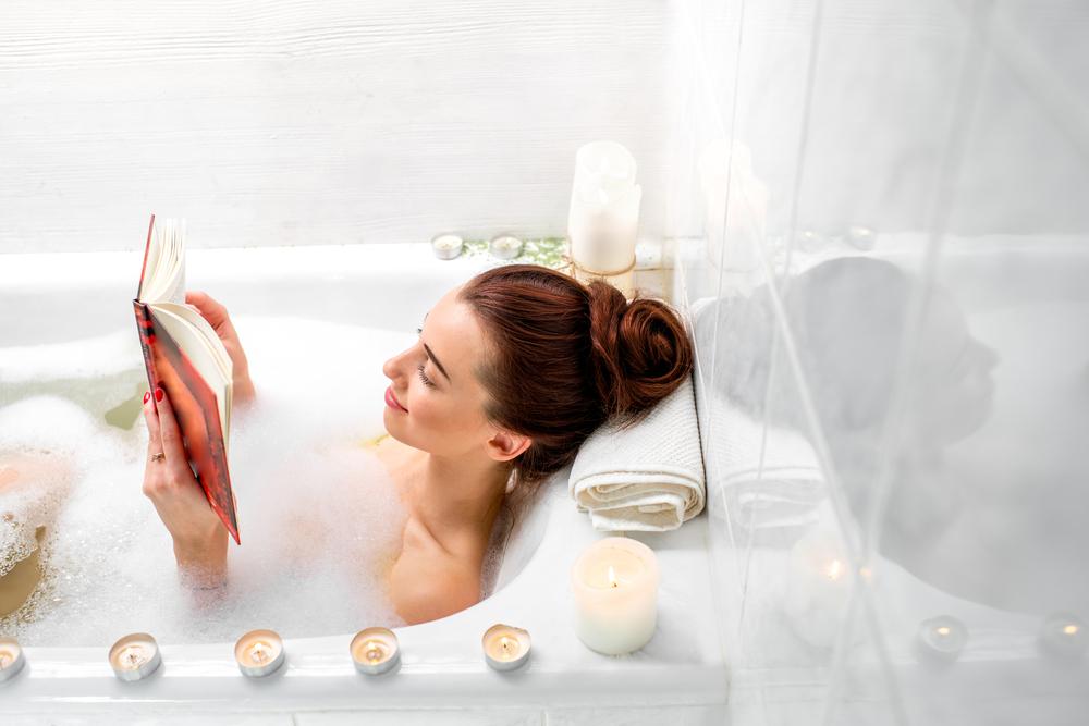 お風呂で読書をする女性