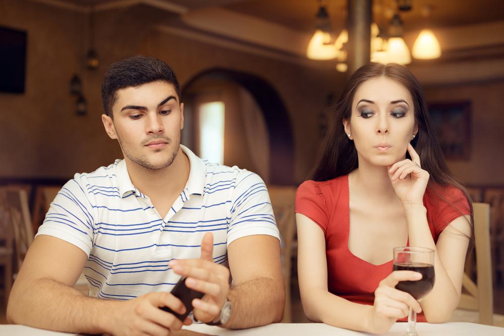 彼氏の浮気を疑っている女性