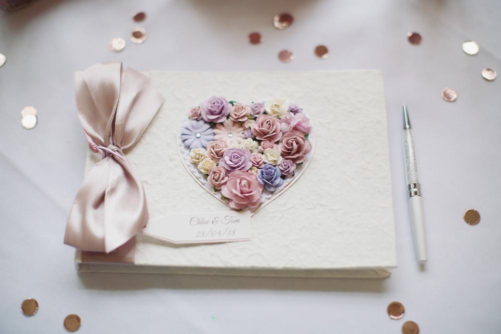 結婚式の芳名帳とペン