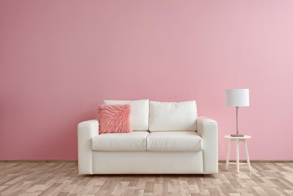 リビングのピンクの壁紙