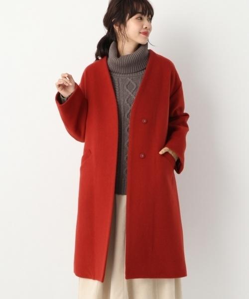 ブラウンコートを着た女性