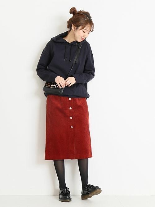 赤のフロントボタンタイトスカートのコーデ