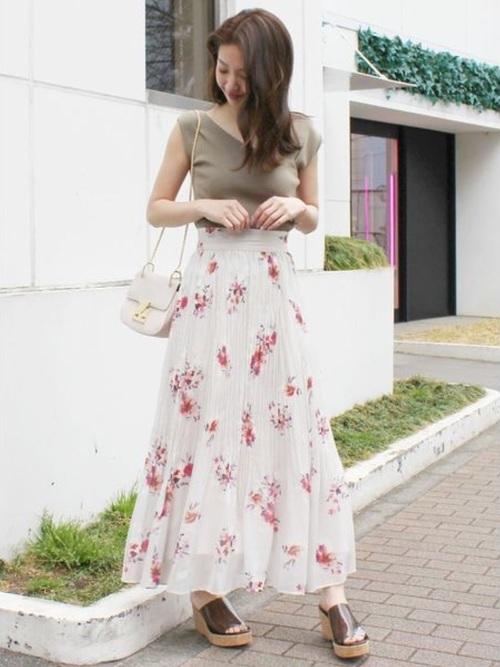 夏の花柄スカートコーデ