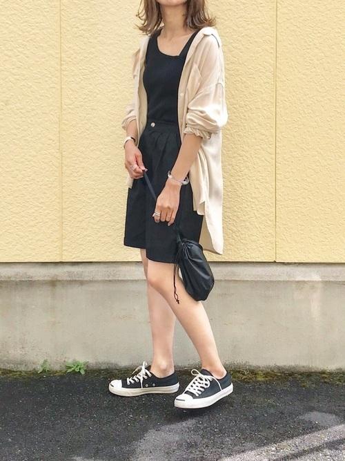 ロングシャツ×黒ハーフパンツ