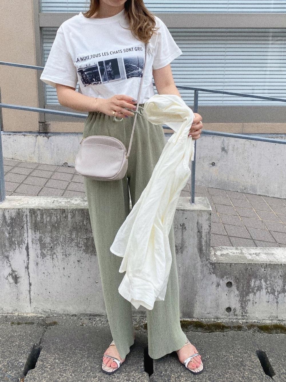 Tシャツとパンツのコーデ