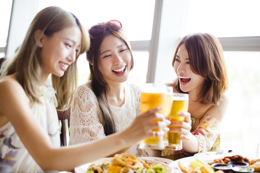 乾杯する3人の女性