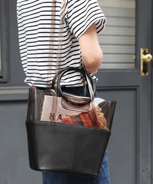 PVC×フェイクレザーのリングバッグを使ったコーデ