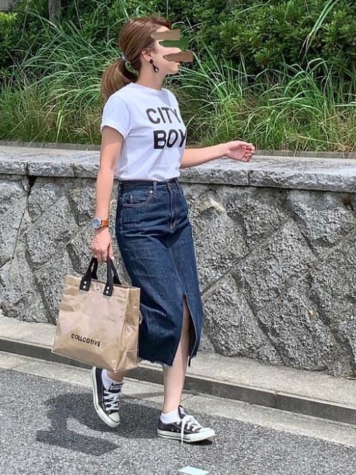 Tシャツを使った50代のデニムスカートコーデ