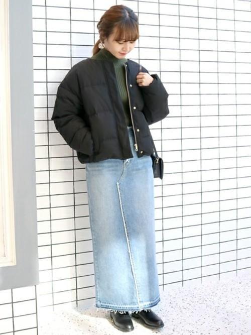 ダウンジャケットを使った50代のデニムスカートコーデ