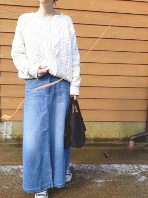 白ニットを使った50代のデニムスカートコーデ