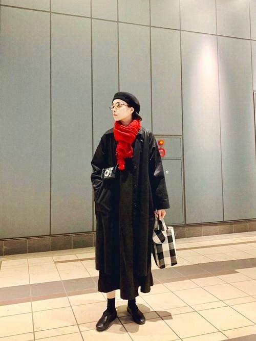 黒ロングコート×赤いマフラー