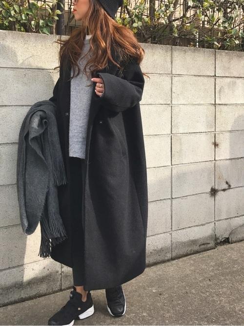 黒ロングコート×グレーのストール