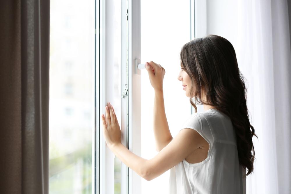 窓際に立つ女性の写真