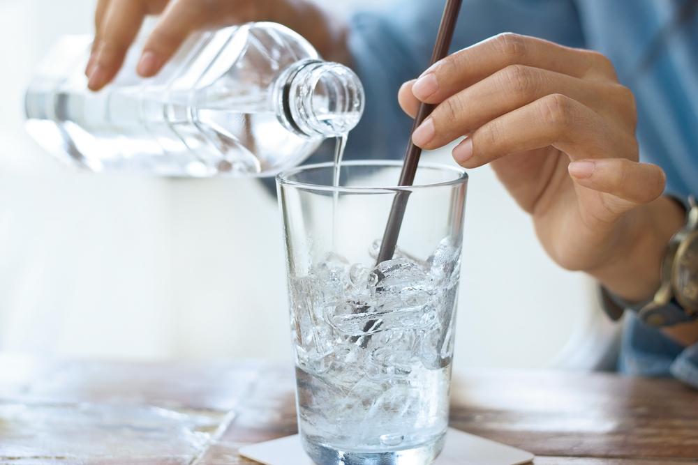 グラスと水とマドラー