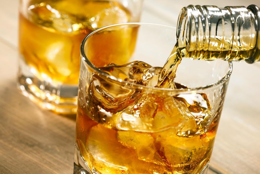 ウイスキーをグラスに注ぐ
