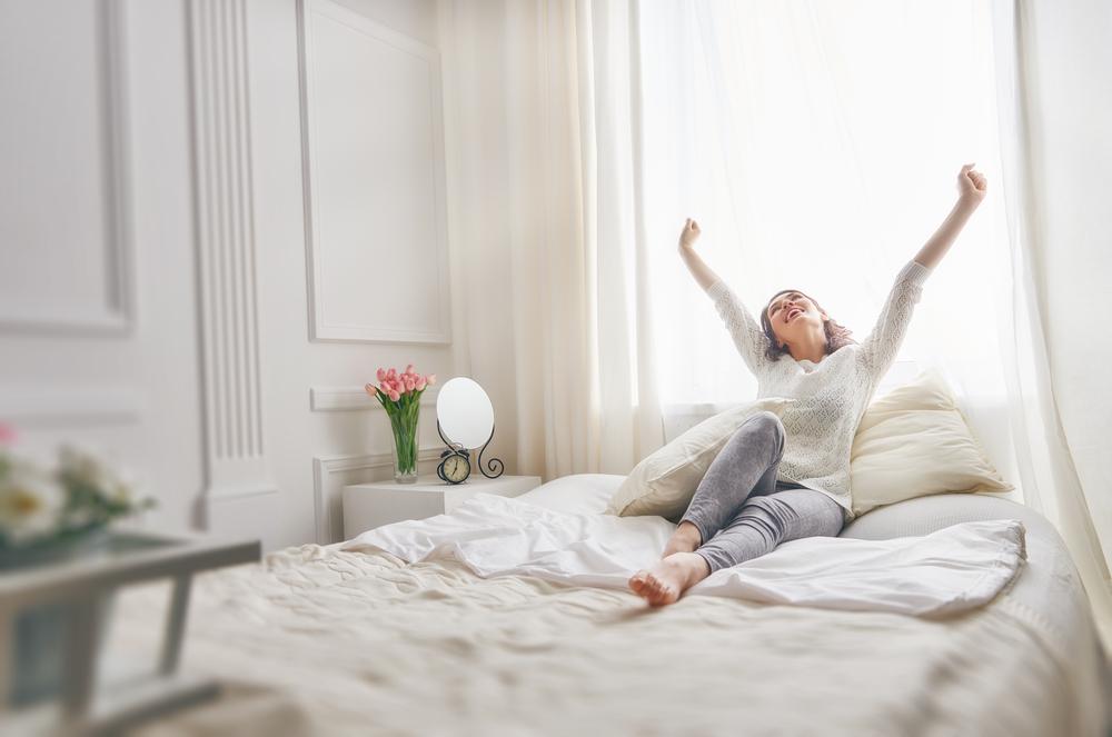 きれいに掃除された布団に寝ている女性