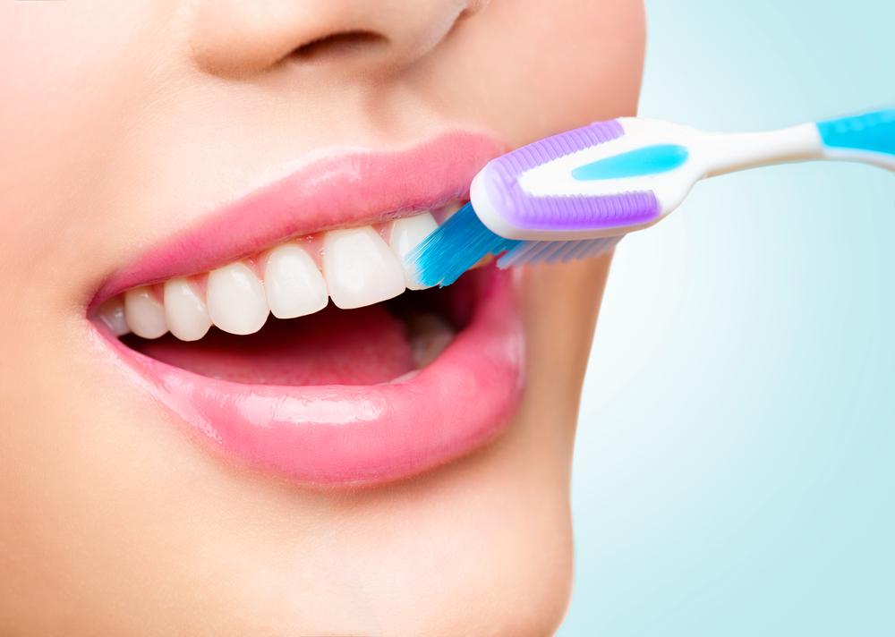 重曹歯磨きをしている女性