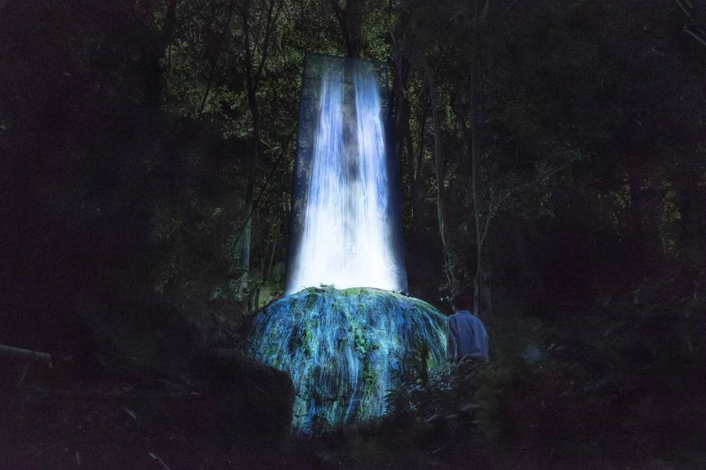 かみさまの御前なる岩に憑依する滝