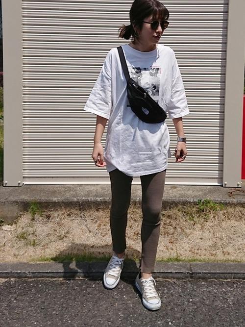 Tシャツ×レギンス×スニーカーコーデ
