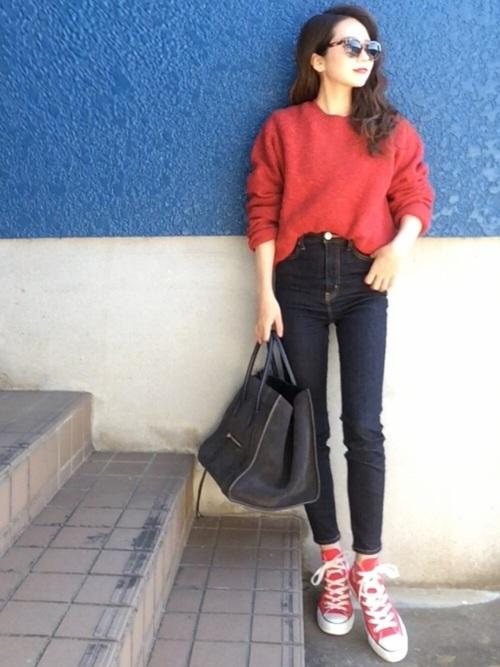 スキニーパンツ×赤いスニーカーコーデ